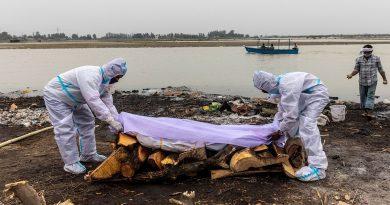 Cadáveres de posibles víctimas de COVID-19 aparecen en el Río Ganges en India