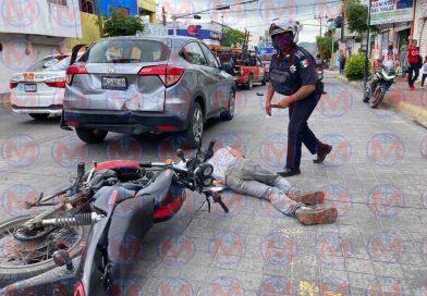 Motociclista choca por alcance contra camioneta en la capital nayarita